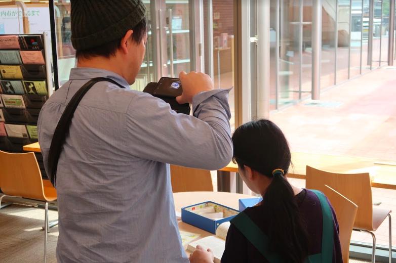 瀬戸内市民図書館で撮影する濱田英明さん(2) ©キハラ株式会社