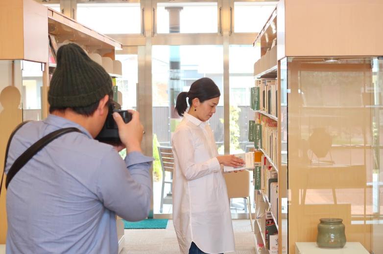 瀬戸内市民図書館で撮影する濱田英明さん(4) ©キハラ株式会社