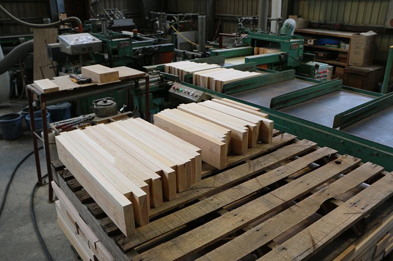 ひき板を機械にセットした状態©キハラ株式会社