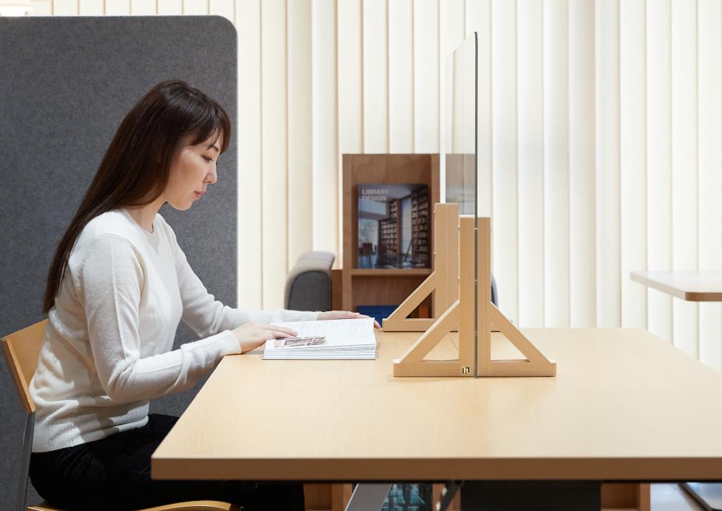 テーブルで使用するクリアカウンターパネル©キハラ株式会社