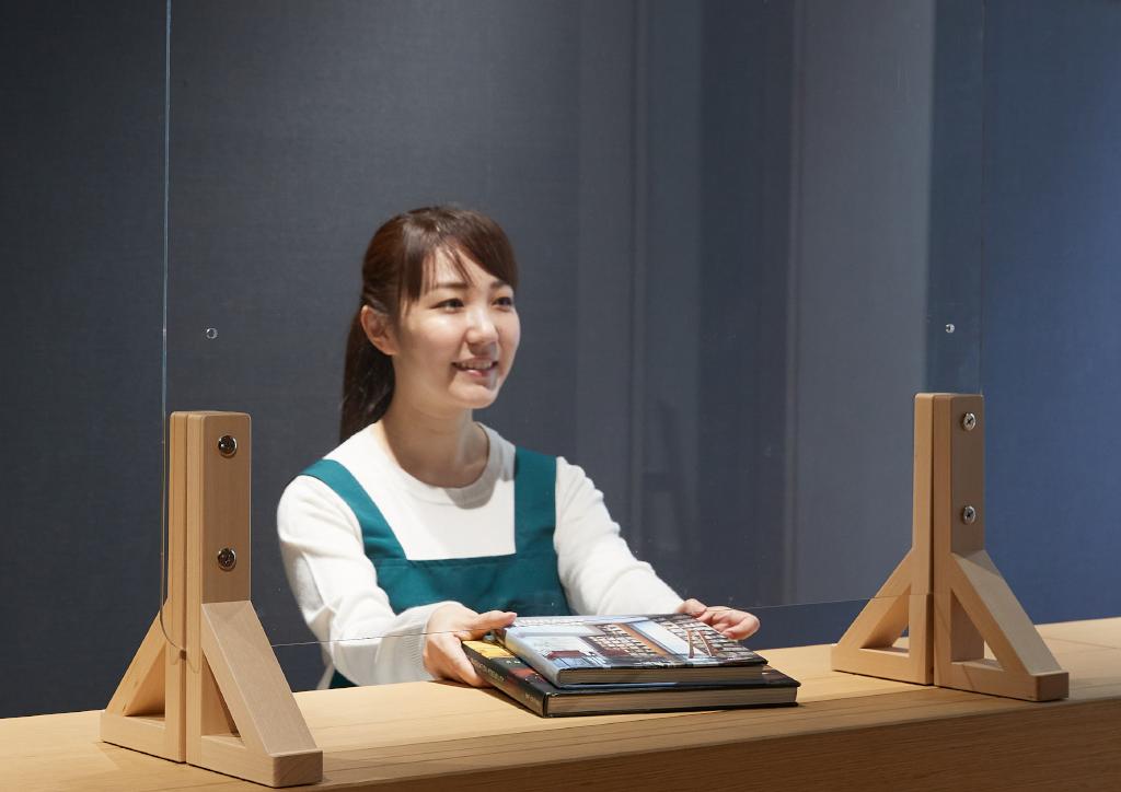 カウンター業務とクリアカウンターパネル©キハラ株式会社