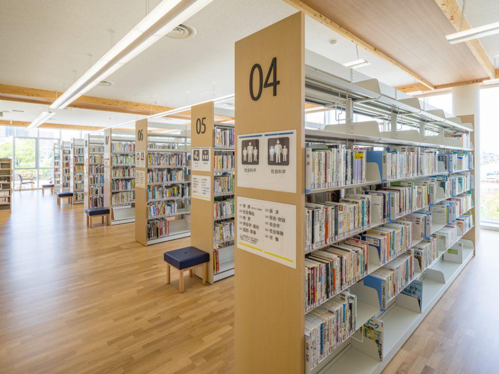 健都ライブラリー2階 一般書コーナー©キハラ株式会社